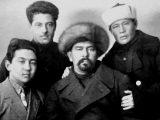 На фото: Джурахан Зайнабидинов, зав.отделом народного образования Ошского уезда,среди участников. Первый окружной съезд работников профсоюзов. Фото 1920 год