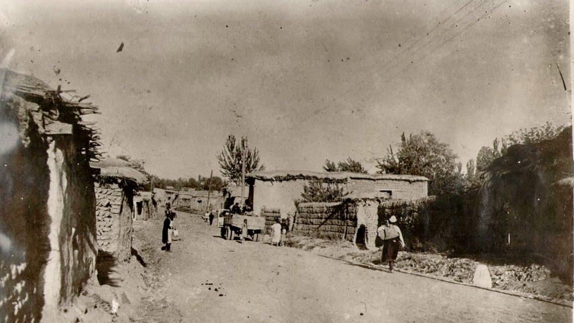 Старый Ош. Маки на крышах домов и ресторан «Памир»